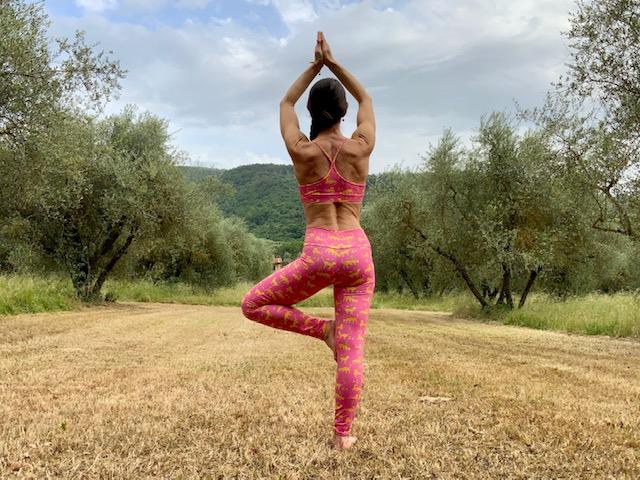 lezione yoga all'aperto